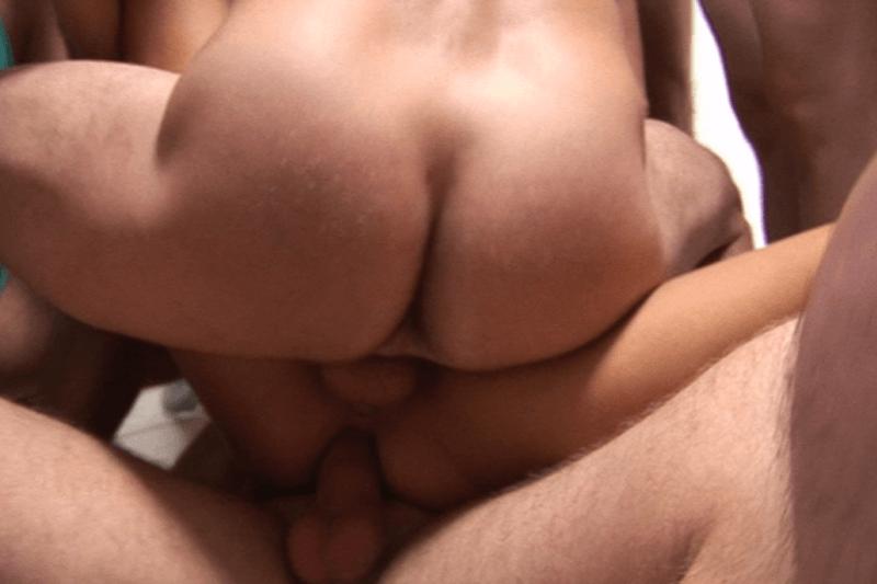 Doppel Penetration einer jungen Dorfschlampe beim Gangbang Sex