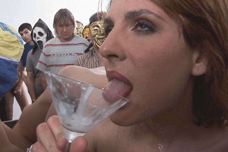 Gangbang Sexbild zeigt ein nacktes Luder bei schlürfen von Sperma aus Cocktail Gläser