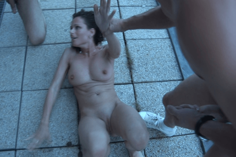 Geiles Porno Foto mit vollbusiger Swinger Lady vom Flotten Dreier am Balkon