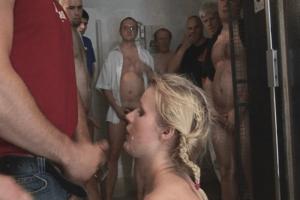 Hardcore Gruppensex mit Sperma schlucken