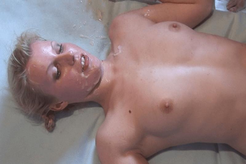 Junges Mädchen beim Gangbang Sex vollgewichst