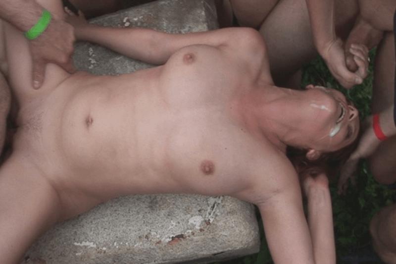 Nackte Dorfschlampe beim Gangbang Sex mit mehreren Männern aus dem Dorf