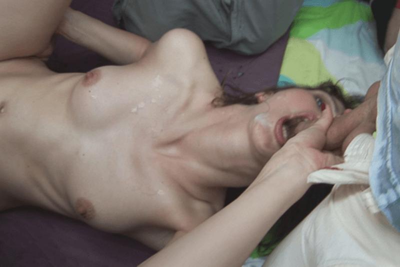 Nackte Studentin schluckt Sperma beim XXX Gruppen Sex