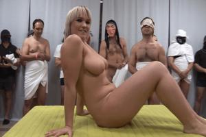 Scharfe Titten Schlampe beim Gruppensex mit Oralverkehr