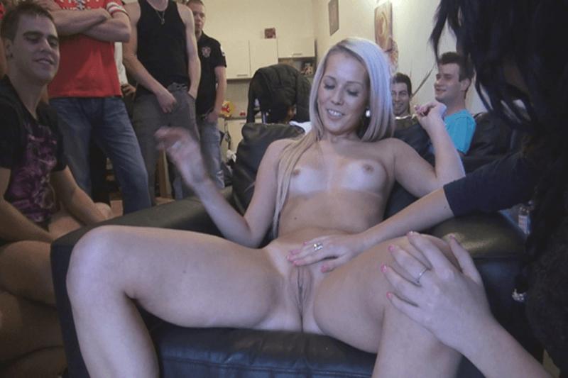 Nacktes Bi Girl wichst sich die rasierte Fotze vor den Augen fremder Männer beim Gruppensex