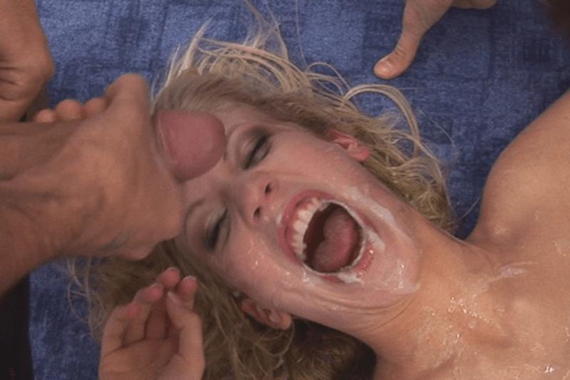 Sexy Hausfrau nach dem flotten Dreier pervers vollgewichst
