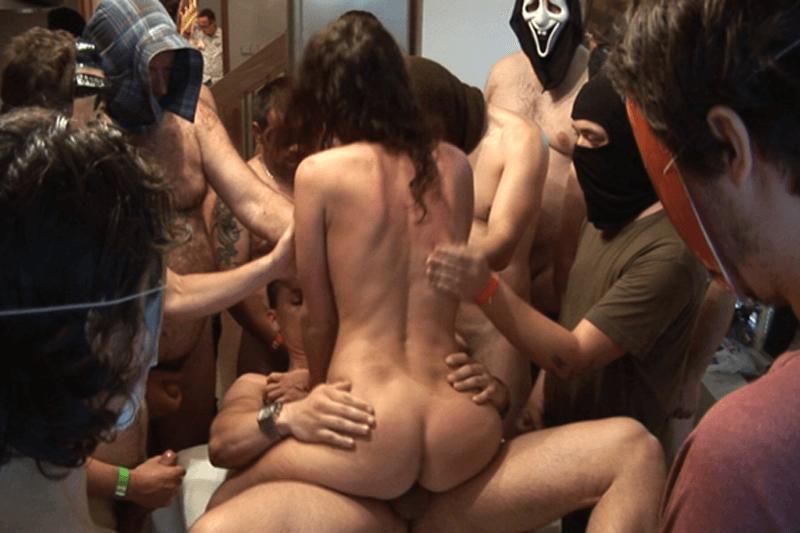 Sexy Schülerin beim Anal Ficken beim Rudelsex mit fremden Kerlen in einem Hotel