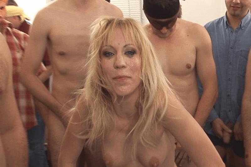 Tabulose Strassenhure beim Hardcore Gruppensex mit mehreren fremden Männern