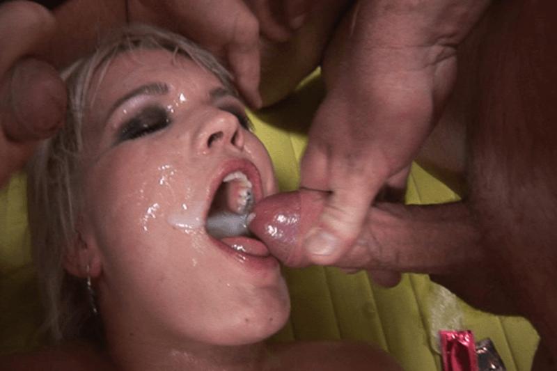 Versaute Titten Sau lässt sich massig Sperma in die Mundfotze wichsen beim Gruppen Sex