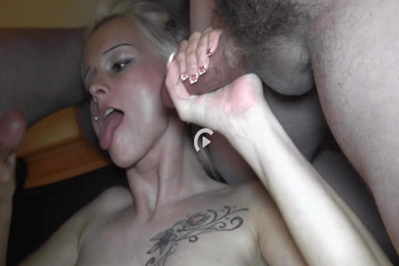 Geile Hausfrau beim Wichsen von zwei Schwänzen im Gangbang Porno