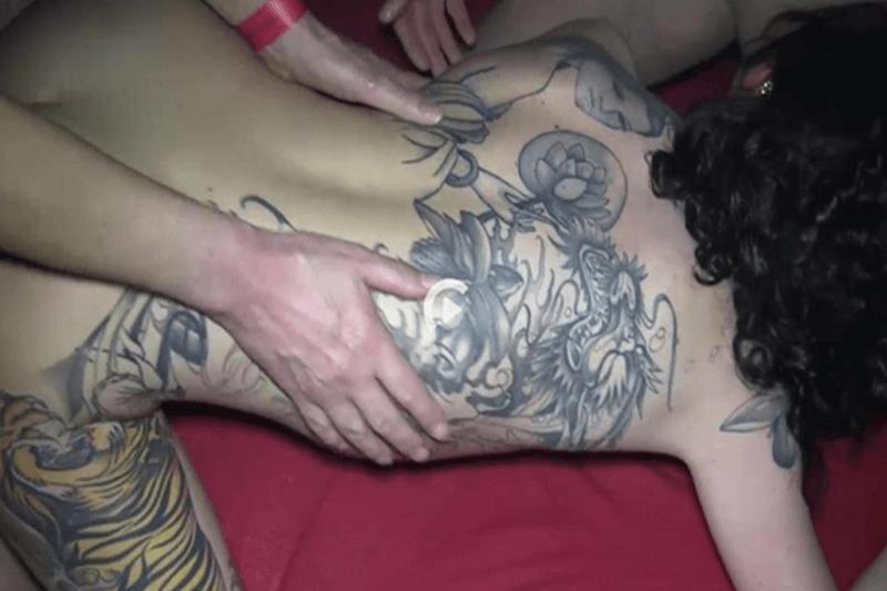 Geile Tattoo Schlampe beim Doppelanal Sex zu Dritt