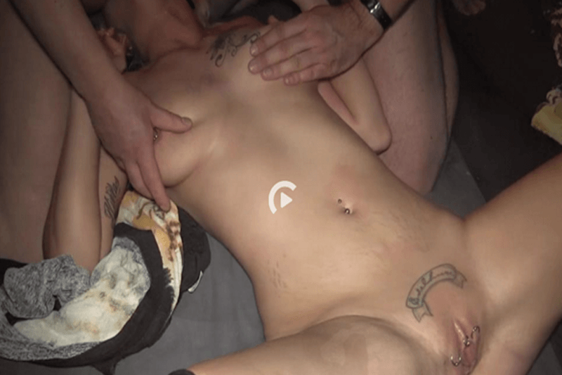 Nacktes Flittchen bei Hardcore Gruppensex auf privatem Fickfoto