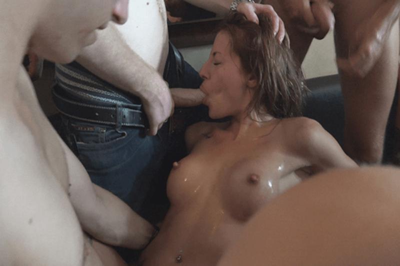 Privates Luder betrunken beim Sex zu Viert mit Freunden