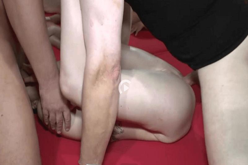 Sexgeile Studentin lässt sich im Gangbang Porno anal entjungfern