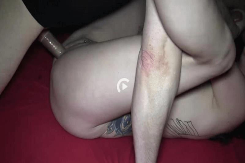Versaute Freundin lässt sich von Freund hart in das Poloch ficken