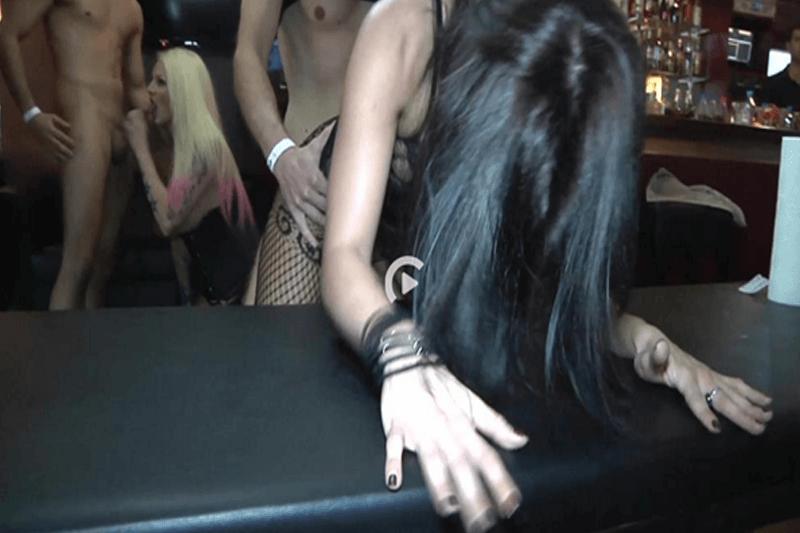 Versaute Milfs lassen sich in einem Pub beim Rudelsex von junge Burschen bumsen