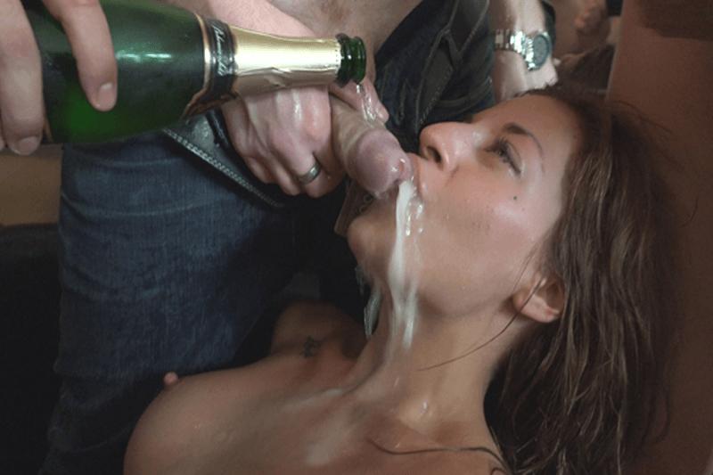 Versautes Mädchen beim Amateursex zu Viert mit den besten Freunden